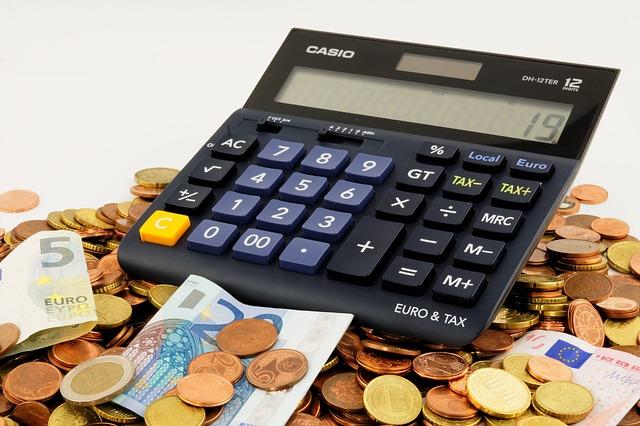 kalkulačka, bankovky, mince