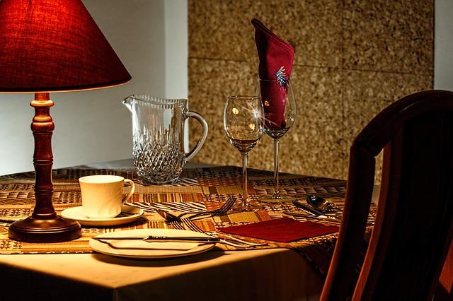 prostřený stůl restaurace