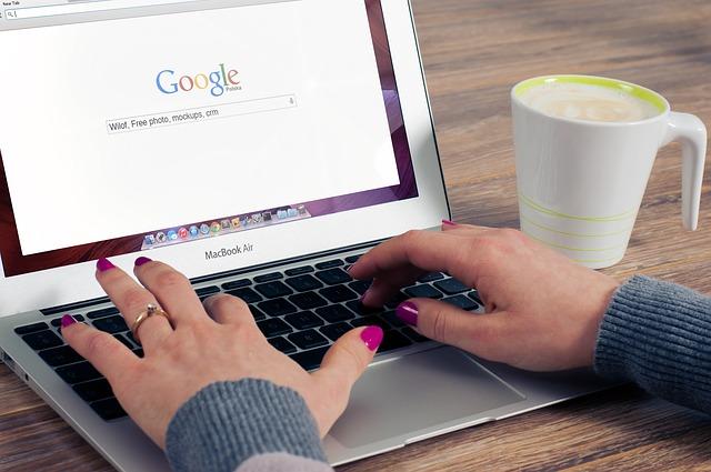 káva, google, růžové nehty