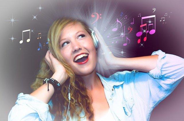 holka při karaoke