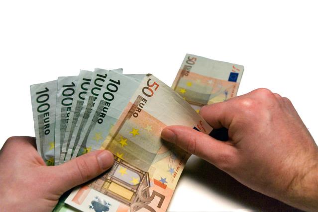ruce počítající bankovky